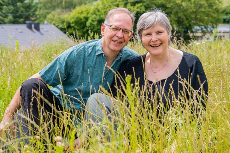 Die Trainer Laurette Bergamelli und Axel Bilharz im Garten