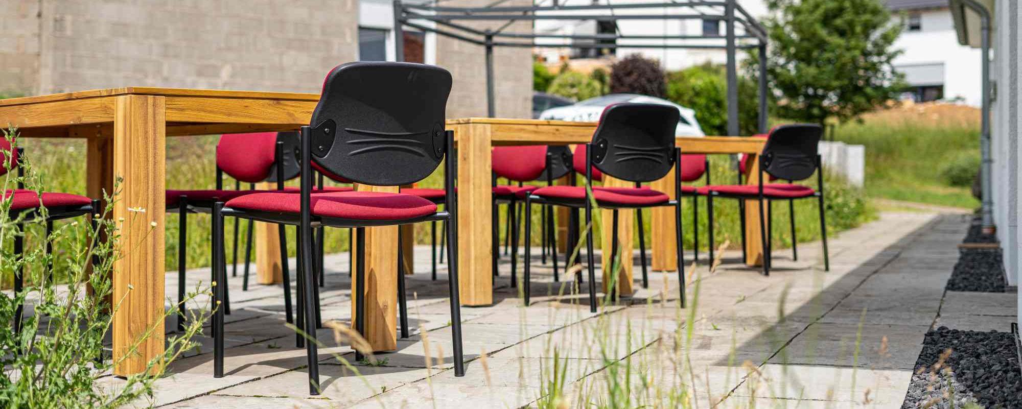 Auf der Terrasse bieten sich verschiedene Sitz- und Arbeitsmöglichkeiten